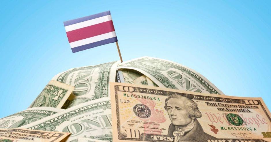 Puño de dólares con bandera de Costa Rica encima