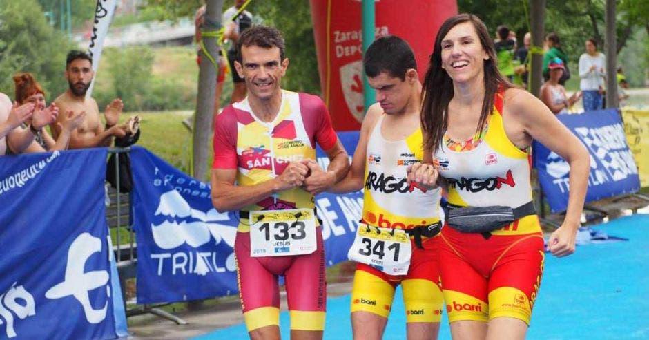 Jorge España junto a sus guías