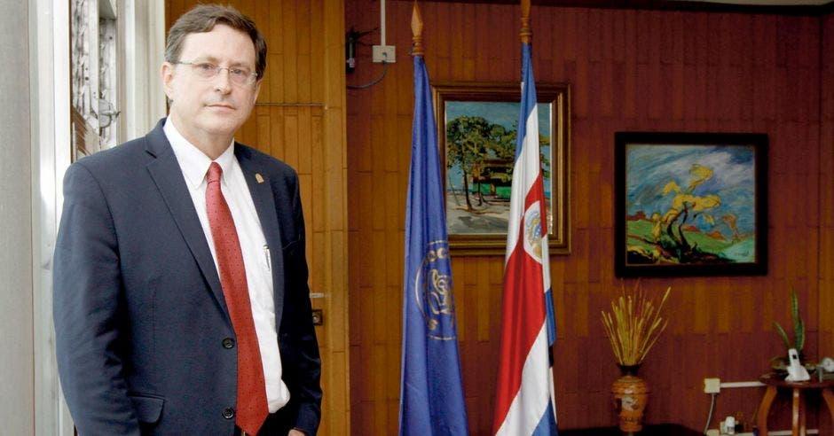 Román Macaya, presidente ejecutivo de la Caja en su despacho