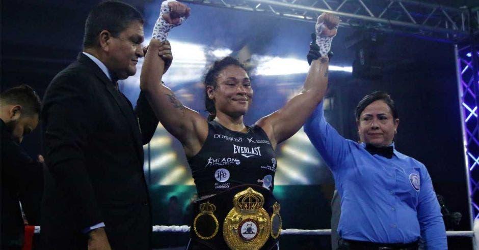 Hanna gabriels alza las manos con su titulo mundial y arbitros