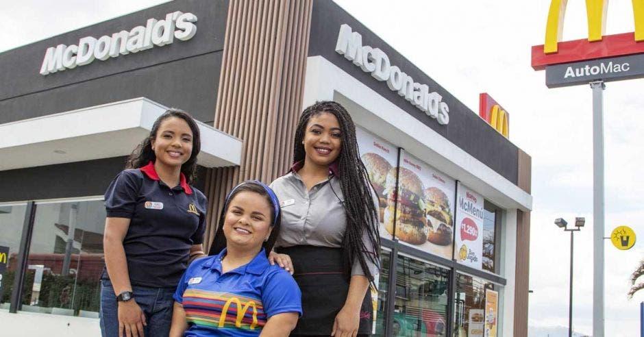 tres jovenes con uniforme de McDonald's