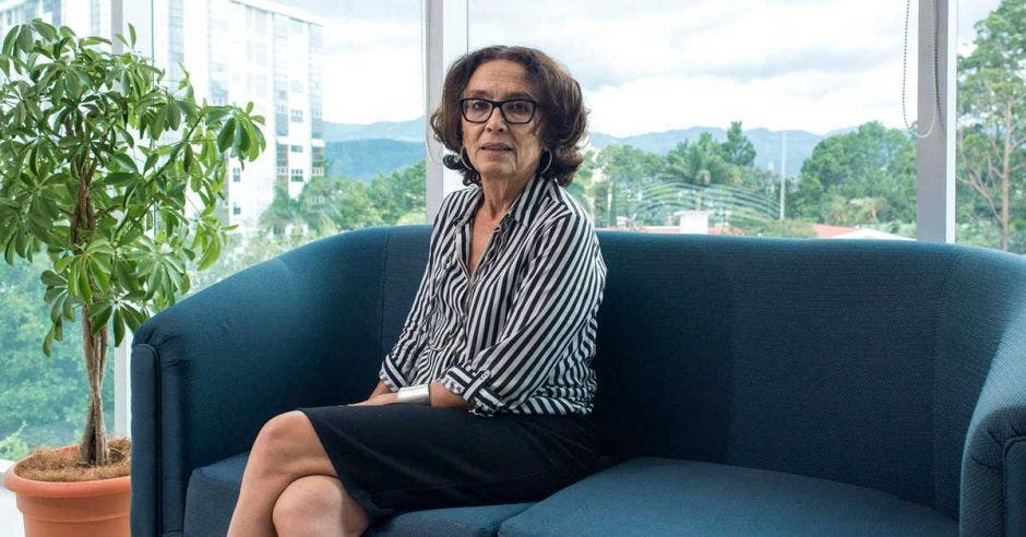 Patricia Mora, en un sillón sentada