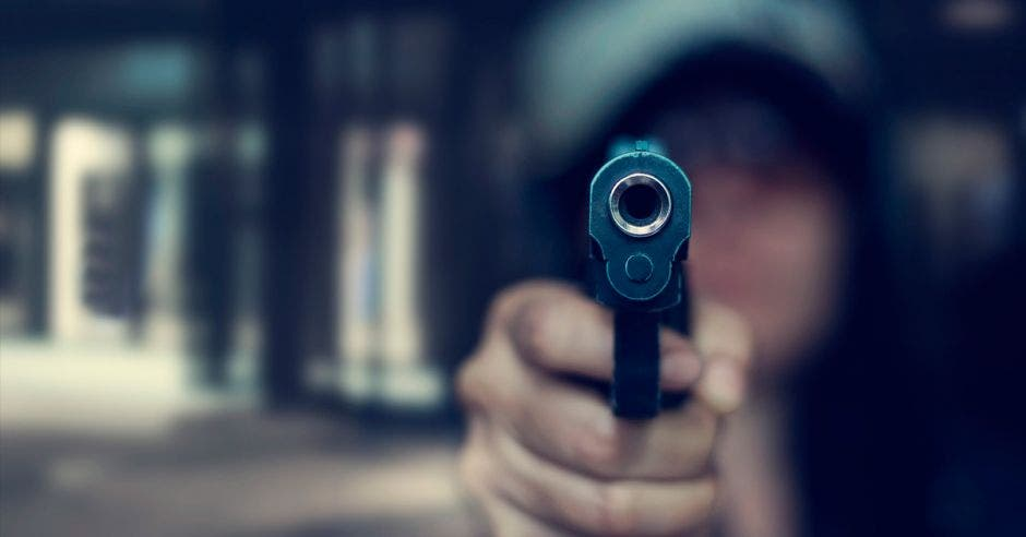 Una persona apunta con un arma