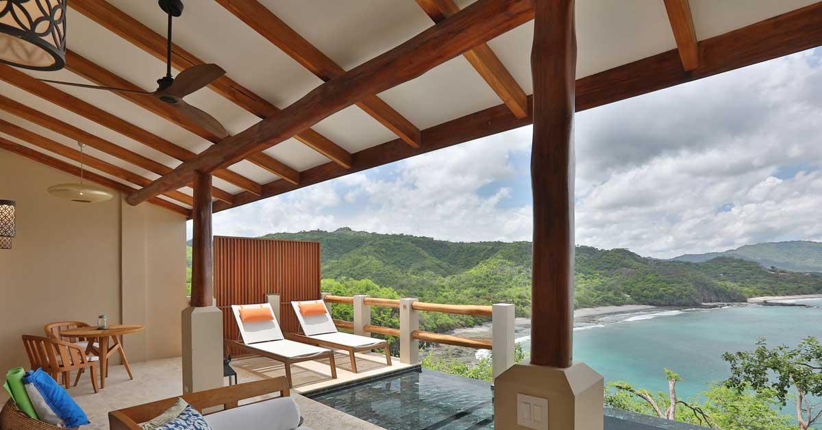 dormitorio con piscina privada en el balcón