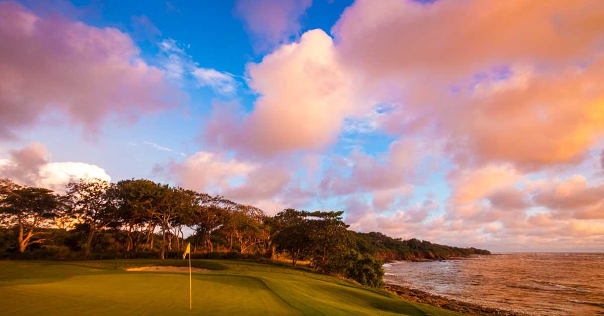 campo de golf junto al mar