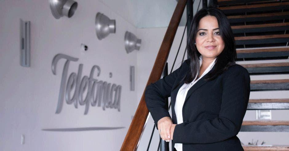 Johanna Escobar en la tienda Movistar