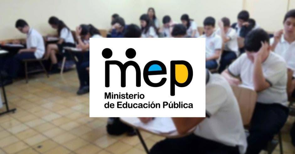 Una aula de estudiantes realizando un examen y el logo del MEP