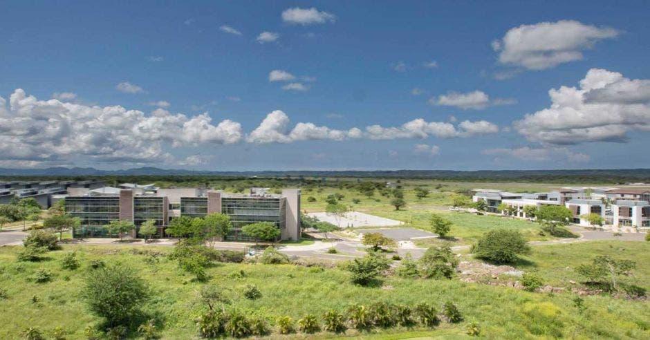 terreno verde y en el centro un edificio