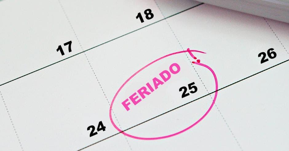 Un calendario marcando el 25 como feriado