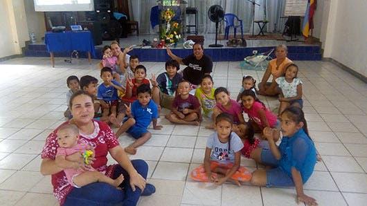 La trabajadora social Hellen Valverde enseña a la niñez del Cocal valores cívicos, familiares y religiosos.