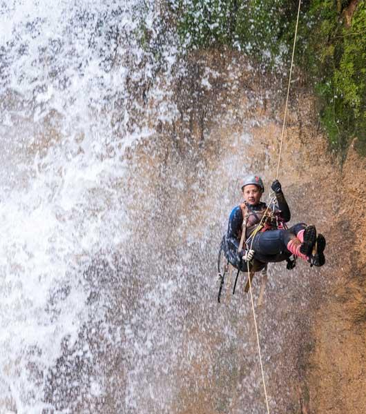 Salto El Tepescuintle mujer en rappel