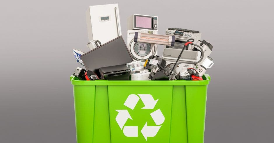 Basurero con desechos electronicos