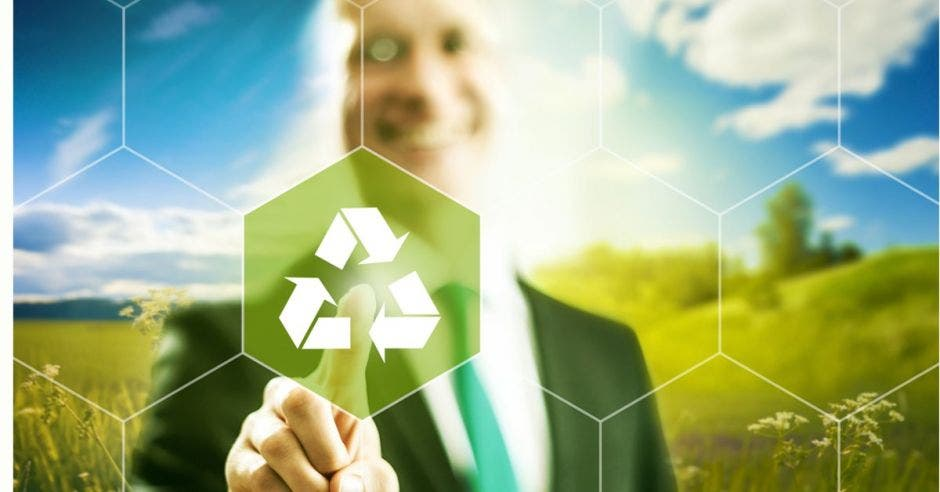 persona tocando un logo de reutilizar