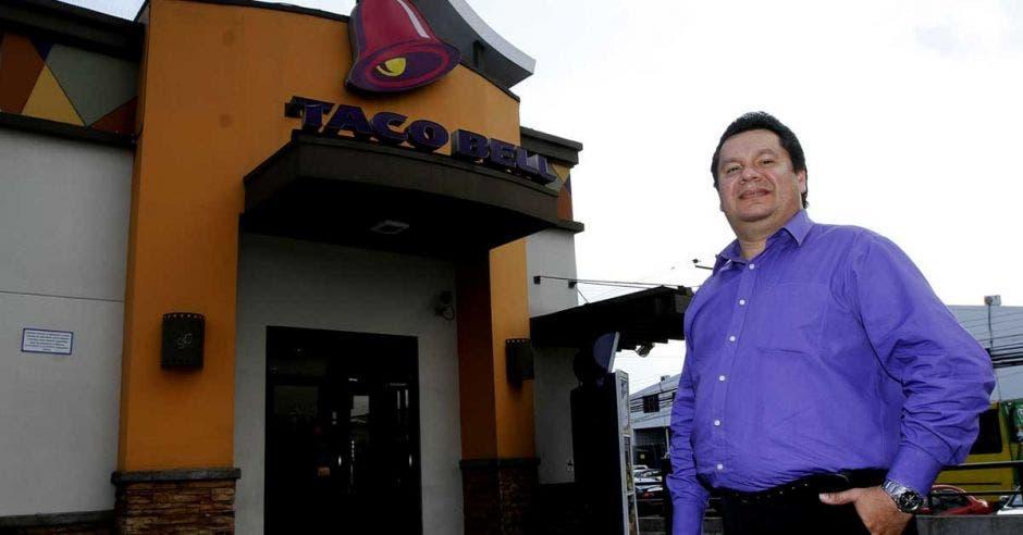 Mauricio afuera de un restaurante de Taco Bell