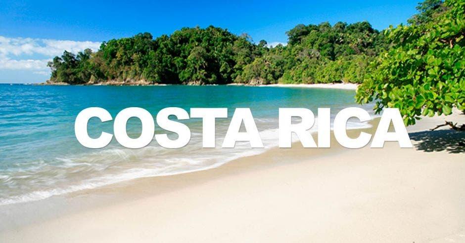 letras que dicen Costa Rica, de fondo una playa