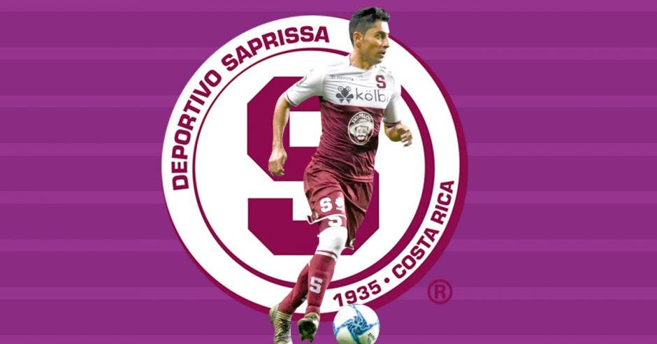 Esteban Rodríguez con balón y escudo de saprissa