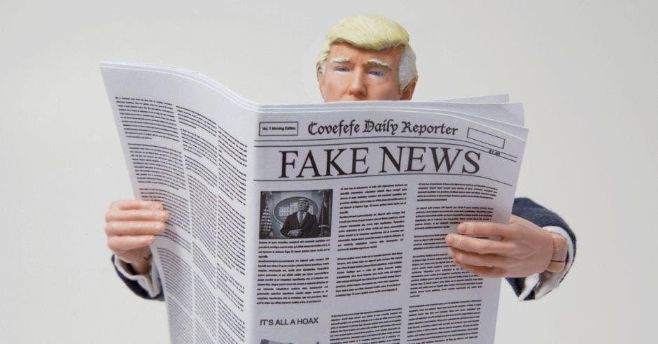 Donald Trump sostiene un periódico