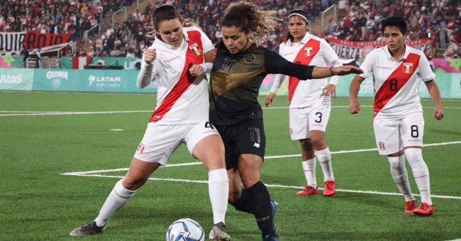 dos jugadoras disputan un balón