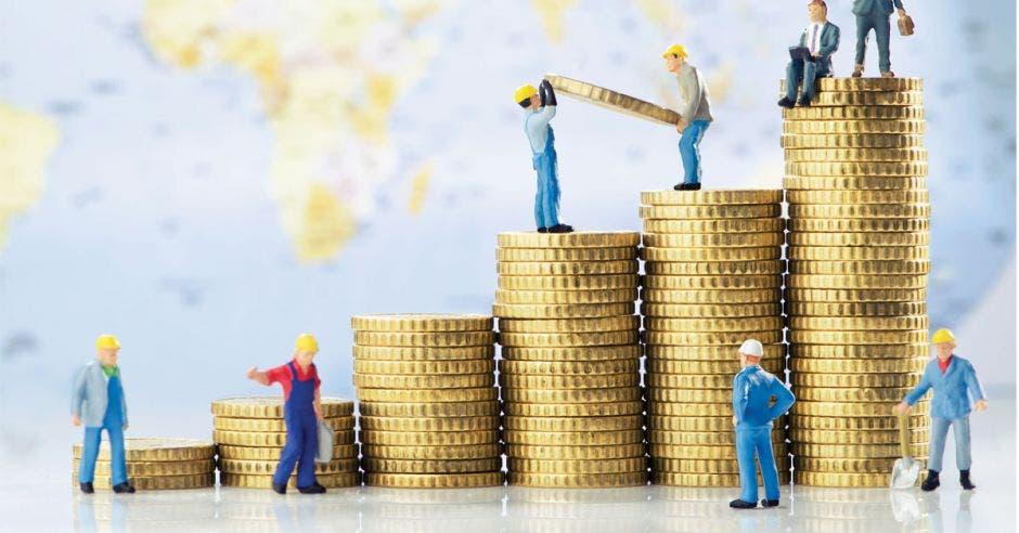 Muñecos constructores sobre monedas