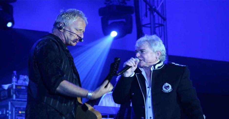 cantantes en escenario
