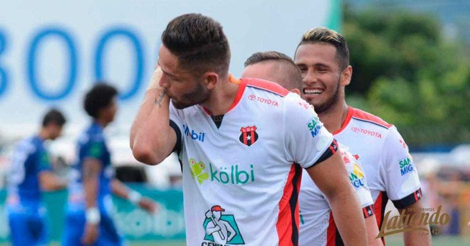 jonathan moya celebra el gol besando el brazo