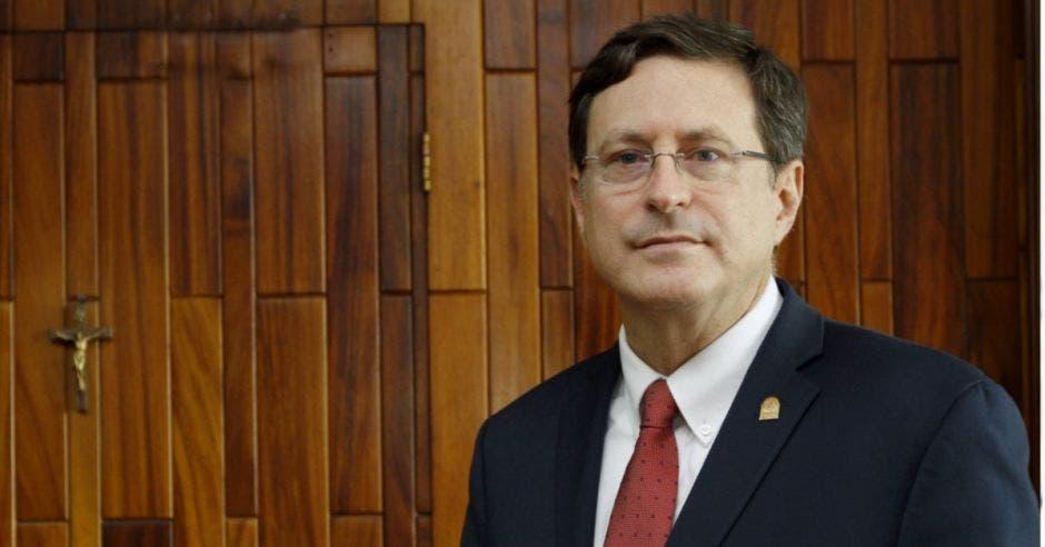 Román Macaya, presidente ejecutivo de la CCSS en su despacho