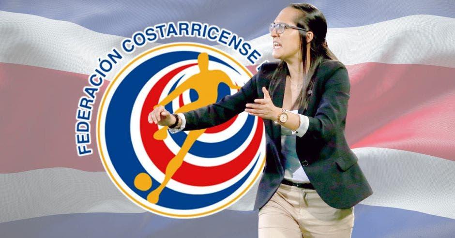amelia valverde dirige un partido y de fondo escudo de la fedefutbol