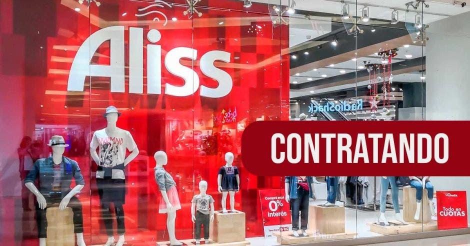 vitrina de tienda Aliss, maniquís con ropa de niño