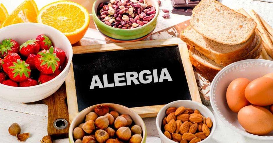 Frutas y panes y la palabra alergia en el centro