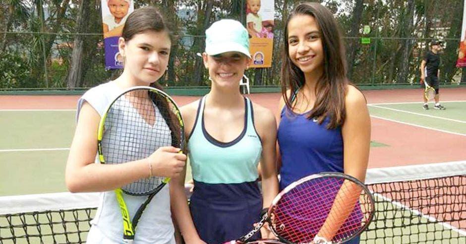 mujeres con raquetas de tennis