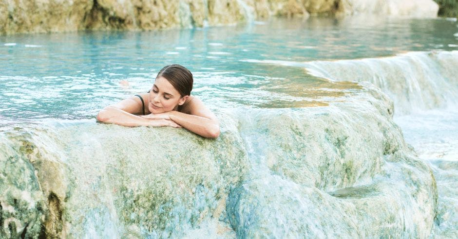 Una mujer disfruta de las aguas termales