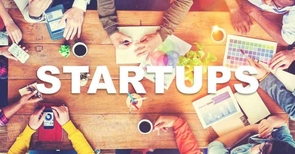 Startups, mesa, vasos, planos