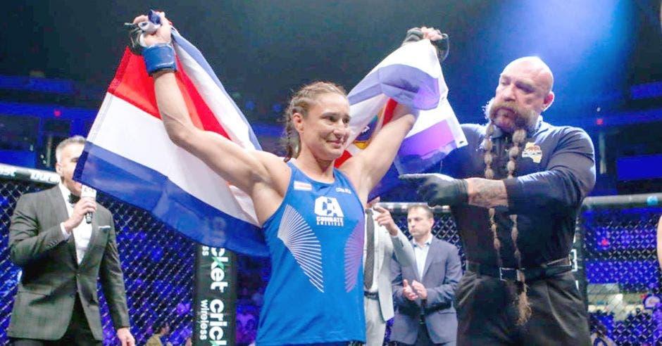 mujer alza brazos con bandera de costa rica
