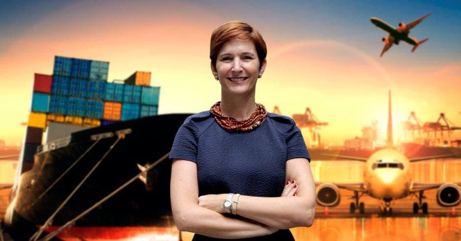 Una mujer y de fondo aviones y cajas de exportación