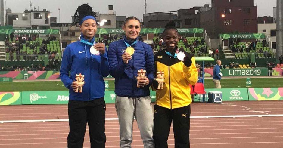 muchachas en el podio con medalla