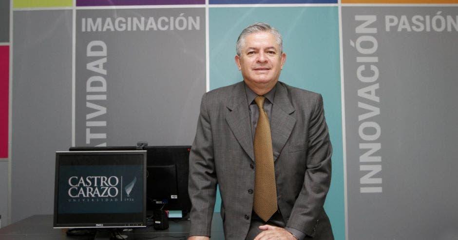 Carlos Barrantes en la Universidad Castro Carazo, sede central