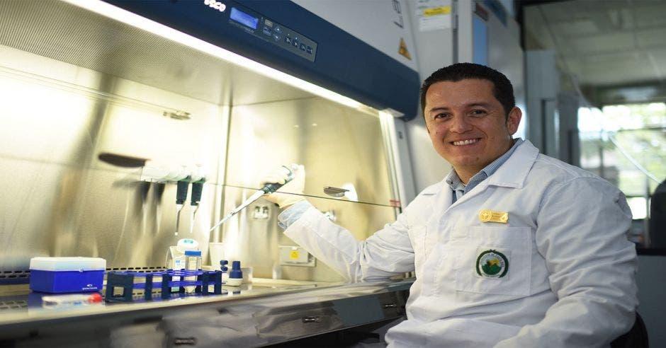 Rodrigo Mora posando entre aparatos científicos