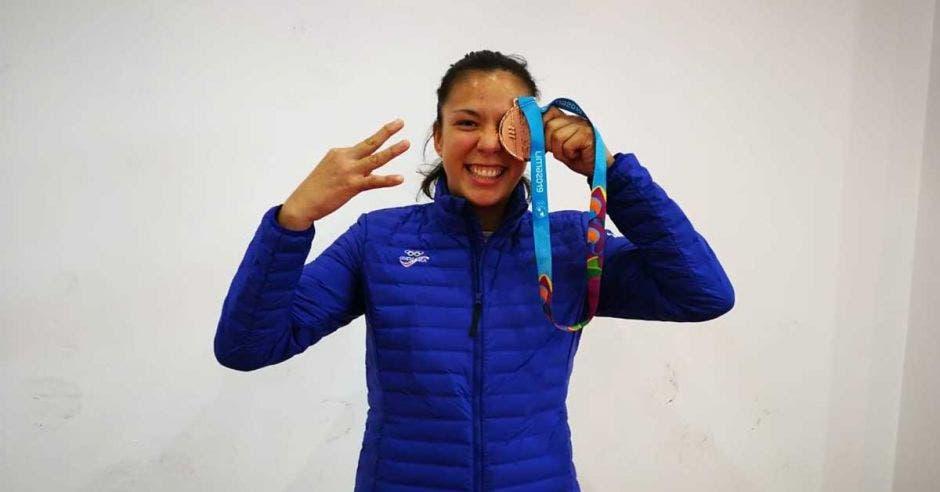 diana brenes celebra con la medalla