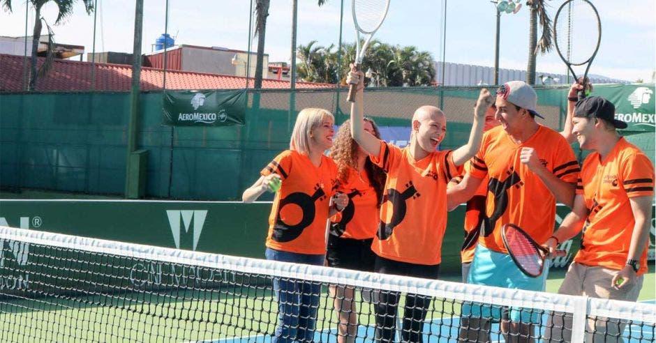 jóvenes con raquetas en cancha de tenis
