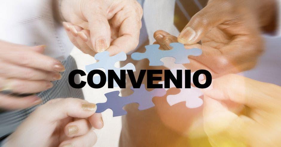 Varias personas uniendo un rompecabezas con la palabra Convenio