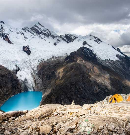 montaña hielo y laguna azul