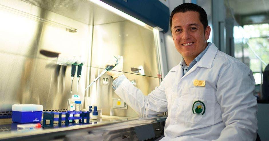 Rodrigo Mora, microbiólogo tico, superó a 381 aspirantes de todo el mundo, y fue el único de Centroamérica en conseguir el respetado reconocimiento Georg Forster 2018. Cortesía/La República.