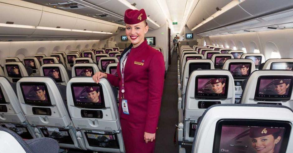 azafata de Qatar en el avión