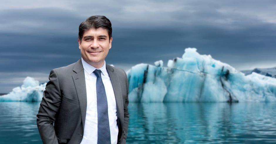 El presidente Alvarado con un iceberg detrás