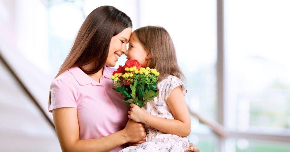 mamá e hija abrazándose