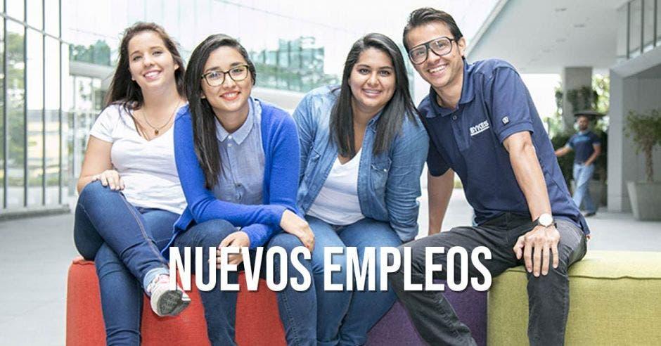 Cuatro jóvenes con la palabra Nuevos Empleos