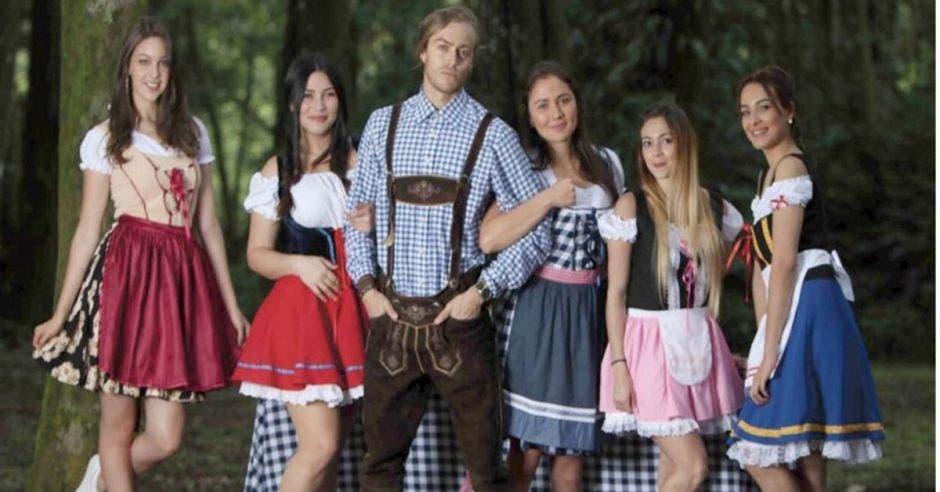 jovenes con trajes
