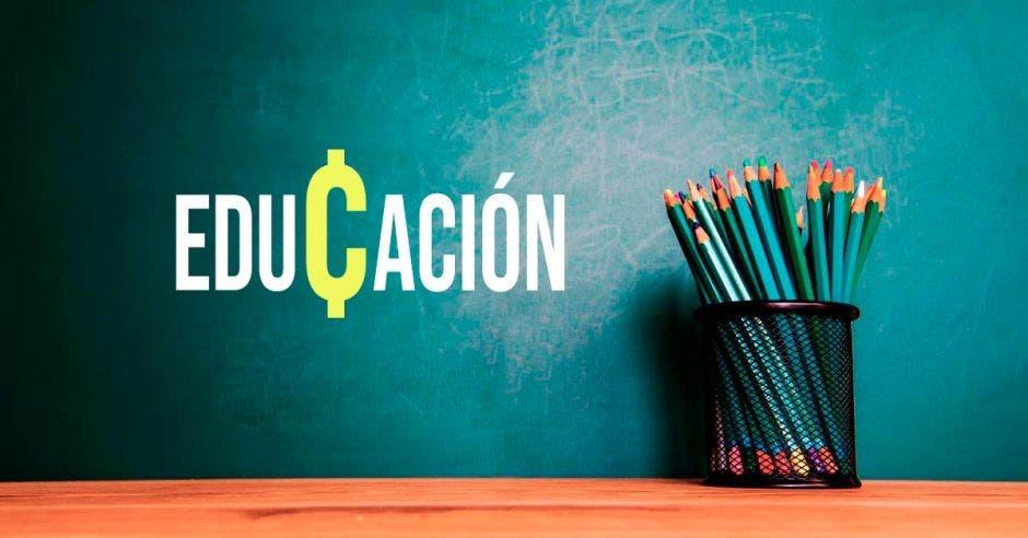 Una imagen de una pizarra y una caja de lápices con la palabra educación y un símbolo de colones