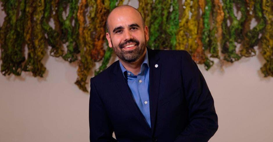 Rogelio González, director regional del negocio de Consumo Masivo de Bayer posando