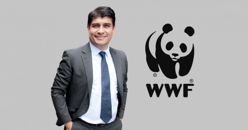 Carlos Alvarado junto al logo de la WWF